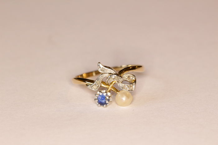 Art Nouveau ring in 18 kt yellow gold set with a pearl, sapphire and rose-cut diamonds
