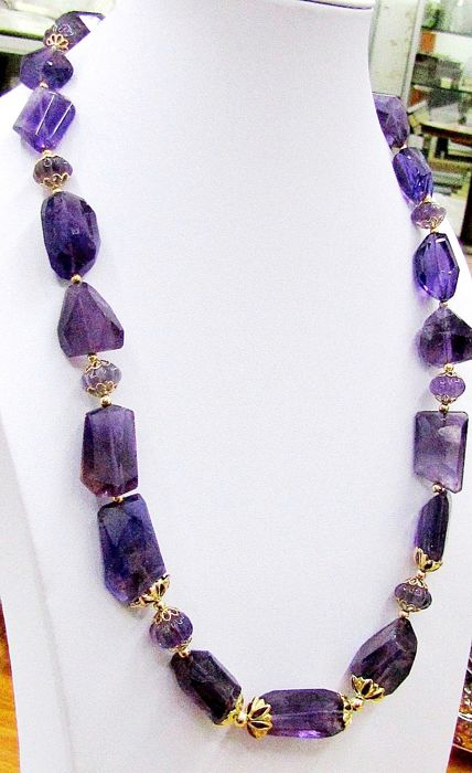 Necklace in natural Amethyst stones - origin: Brazil - 18 kt gold accessories, weight: 7.8 g