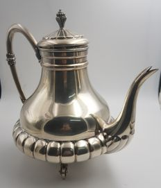 Exclusive coffee pot or teapot in .915 Spanish silver. 1970s