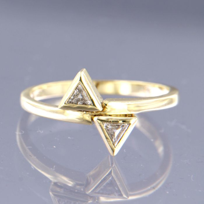14 kt yellow gold ring set with two triangle cut diamonds, approx. 0.20 carat in total - ring size 17.5 (55)
