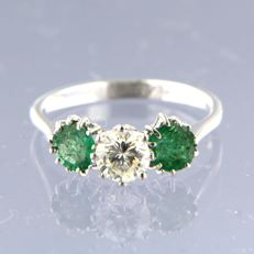 - No Reserve Price - 18 kt white gold trilogy ring, set with a central stone, 0.60 ct brilliant cut diamond, and 2 brilliant cut emeralds, 1.20 ct