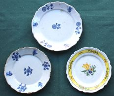 "Saint-Omer  -  AC  -  Set2+1   Plates ""   Flowers "" - France - mid-18th century"