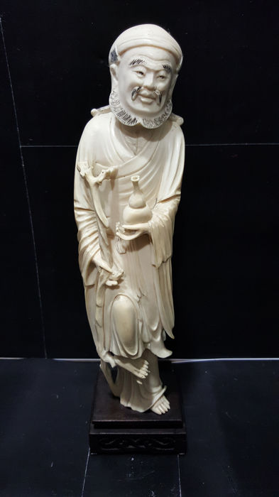 Antique ivory sculpture, exquisitely hand crafted, depicting a 'Taoist figure', with wood base (29 cm) - Chain - Late 19th century
