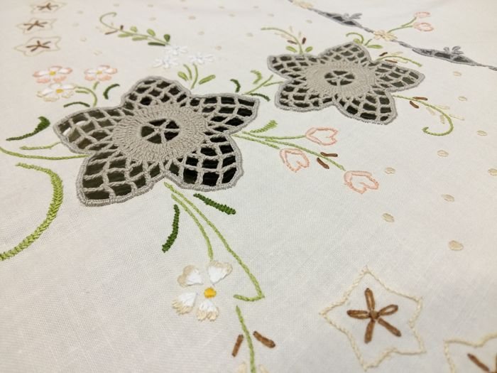 Florence. Linen fabric. Large round pure cotton tablecloth with satin stitch embroidery and lace inserts Diameter 210 cm
