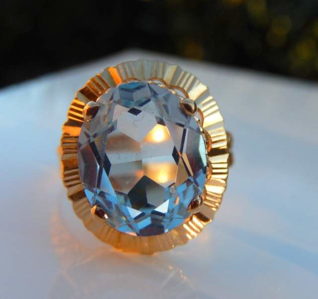 Ring with 4 ct aquamarine with decorated ring band in 18 kt yellow gold
