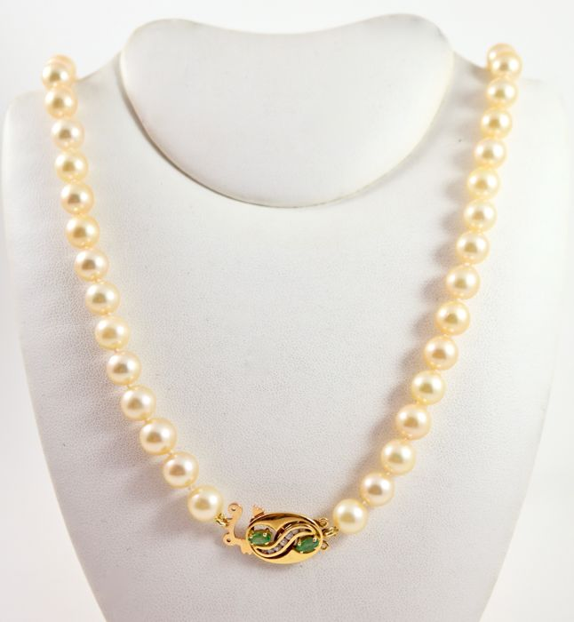 Necklace composed of freshwater cultured pearls.