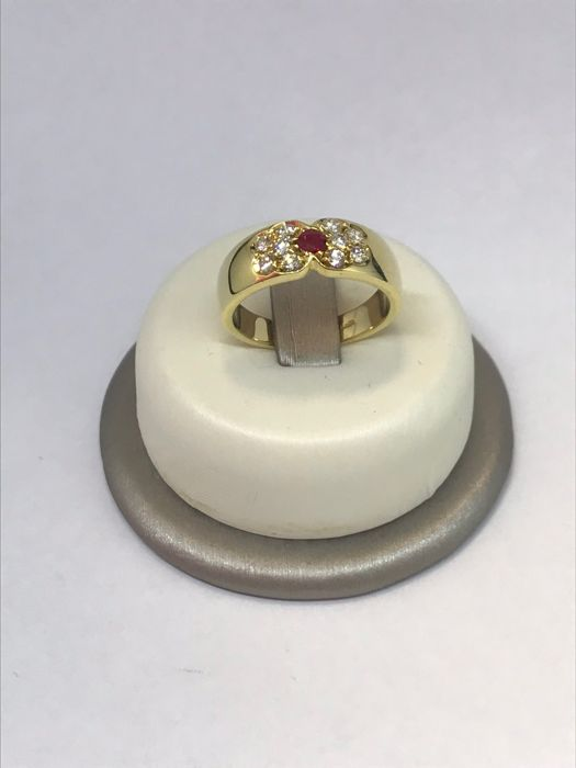 Wide-band ring in 18 kt yellow gold with brilliant cut ruby and diamonds totalling 0.30 ct