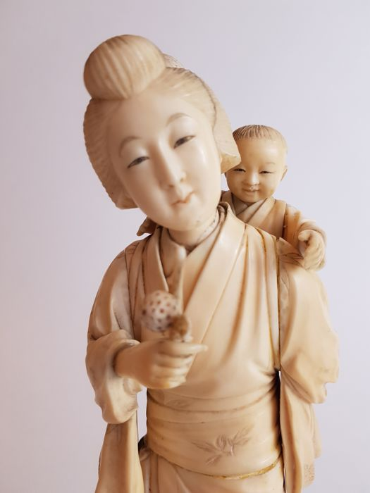 Ivory carving of Mother and child, signed - Japan -  19th century (Meiji period)