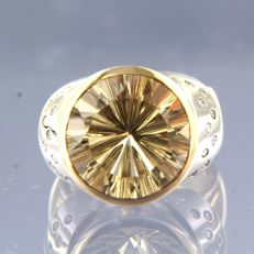 - no reserve price - 14 kt bi-colour gold ring, set with a central smoky quartz of approx. 7.00 ct and 18 brilliant cut diamonds of approx. 0.30 ct in total