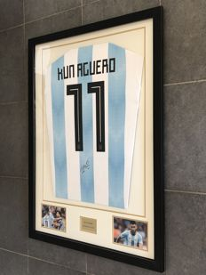 Kun Agüero signed framed Argentina home WORLD CUP 2018 shirt with photo of the moment of signing and COA