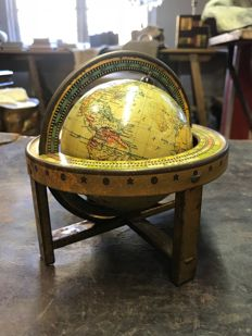 Movable globe with degree indication in round table with indication of constellations