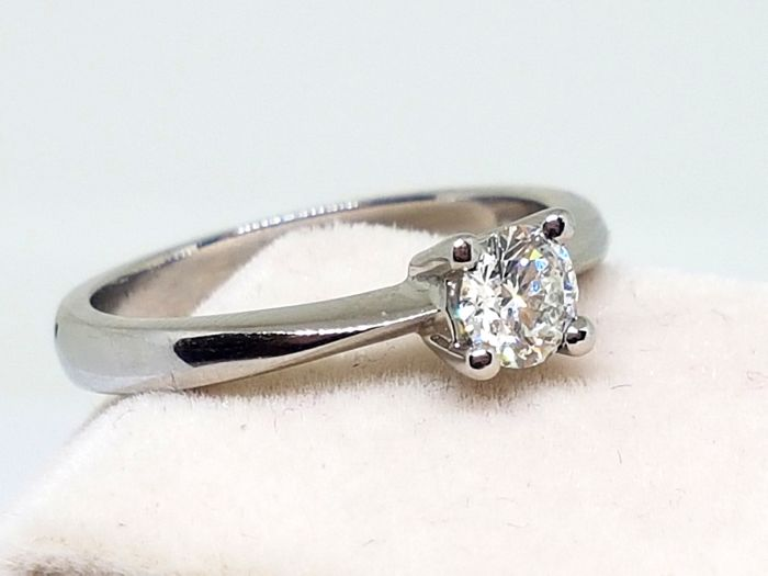 750/1000 white gold. Solitaire with brilliant of 0.50 ct – Ring size: 14 (Spain).