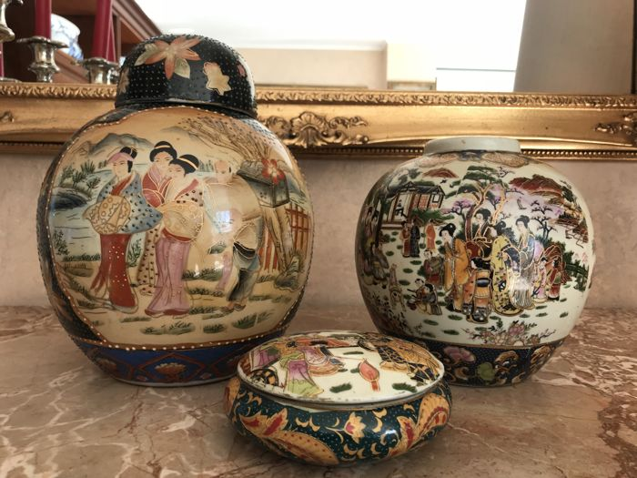 Lot consisting of a large ginger vase, a medium vase and a round jewellery box, marked, in Satsuma style, China mid 20th century