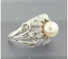- no reserve price - 14 kt white gold ring set with a central cultured pearl and 14 single cut diamonds of approx. 0.50 ct in total