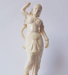 "Antique ivory statue ""Salabhanjika"", image on wooden base - India - early 20th century (27 cm)"