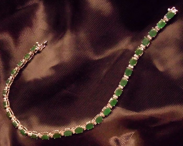 Tennis bracelet in white gold (18 kt) with emeralds  (11.2 ct) and brilliant cut diamonds totalling 0.56 ct - NO RESERVE PRICE !