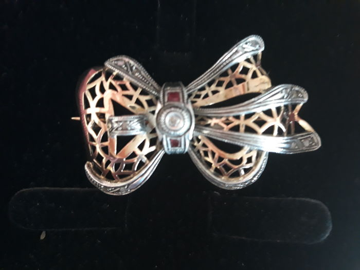 Brooch 19,2kt  whith diamonds and two ruby stones