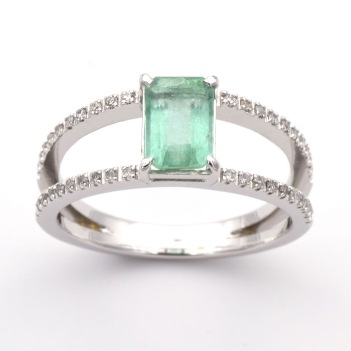 Ring made of white gold with 1.15 ct emerald and 0.16 ct of diamonds
