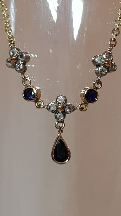Jewellery set with gold, sapphire and diamonds.