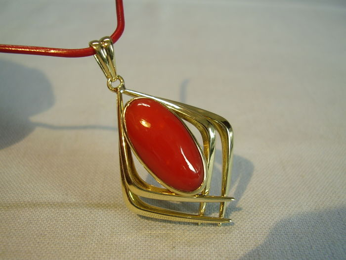 14 kt gold pendant with a large blood-red Sardinian coral weighing approx. 7 ct
