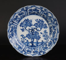 Blue and white porcelain plate  with prunus blossom - China - late 17th century (Kangxi period)
