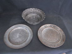 2 antique, richly engraved metal plates and a bowl - Middle East / India - early 20th century