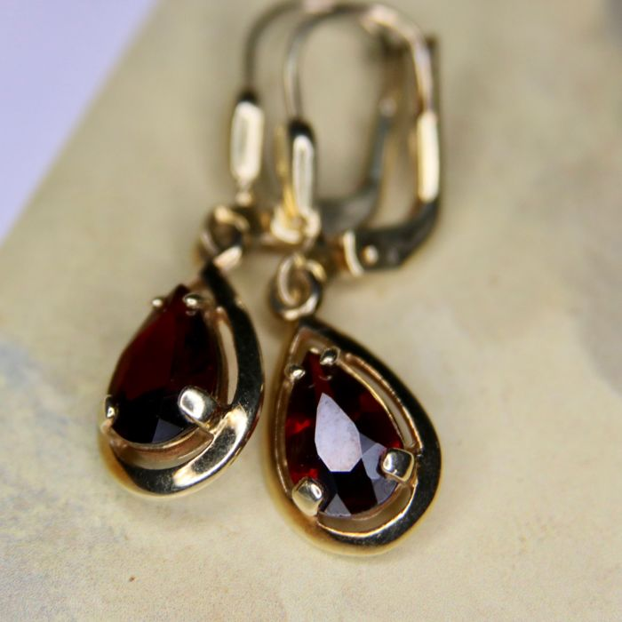 ca. 1930/40 Art Deco 14kt/585 Golden earrings set with drop faceted hanging Bohemian Garnets approx. 7,2x5,1mm each.