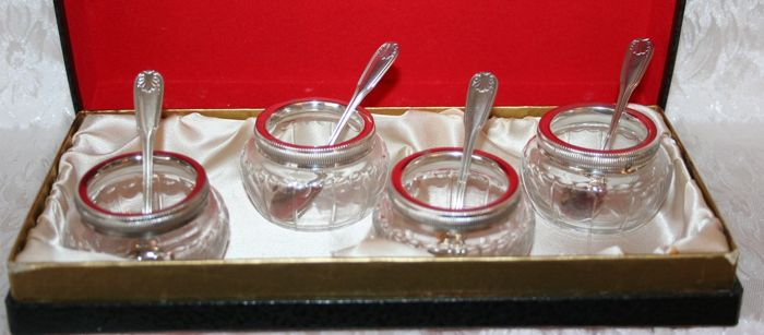Four crystal salt cellars with silver circular trim around the edges and silver spoons, Minerva's head 1st grade silver hallmark with star in the background, in their original case, circa 1900 Silversmith Emile Printemps Paris