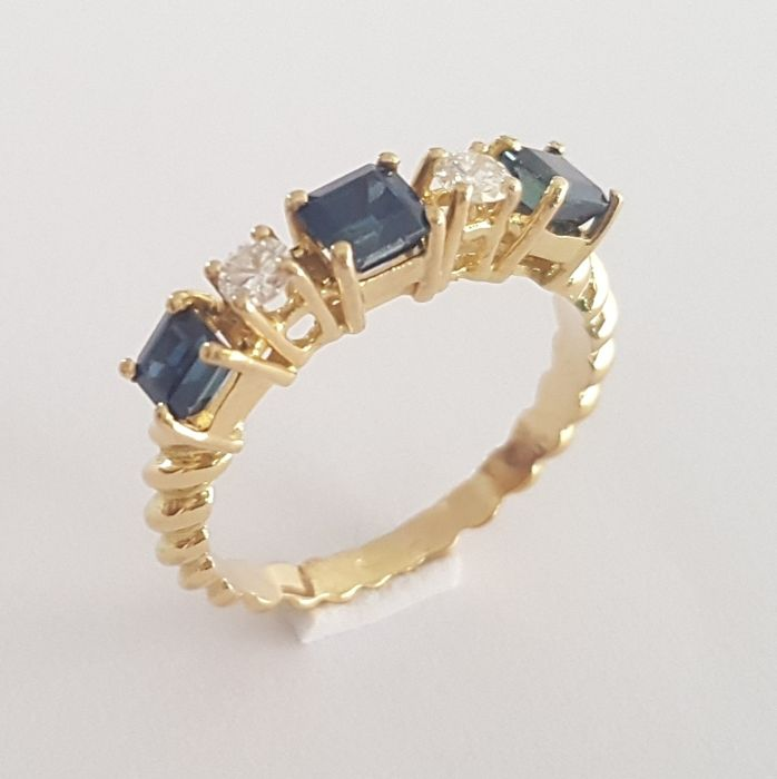 18 kt - Gold ring with two brilliants and three sapphires of 1.1 ct in total - Size: 17.6 mm, 13.5/53.5 (EU)