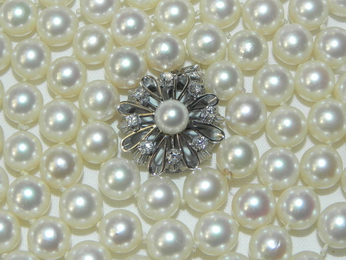 Pearl necklace, Akoya pearls, approx. Ø 7.9 mm.  8 diamonds 14 kt / 585 gold
