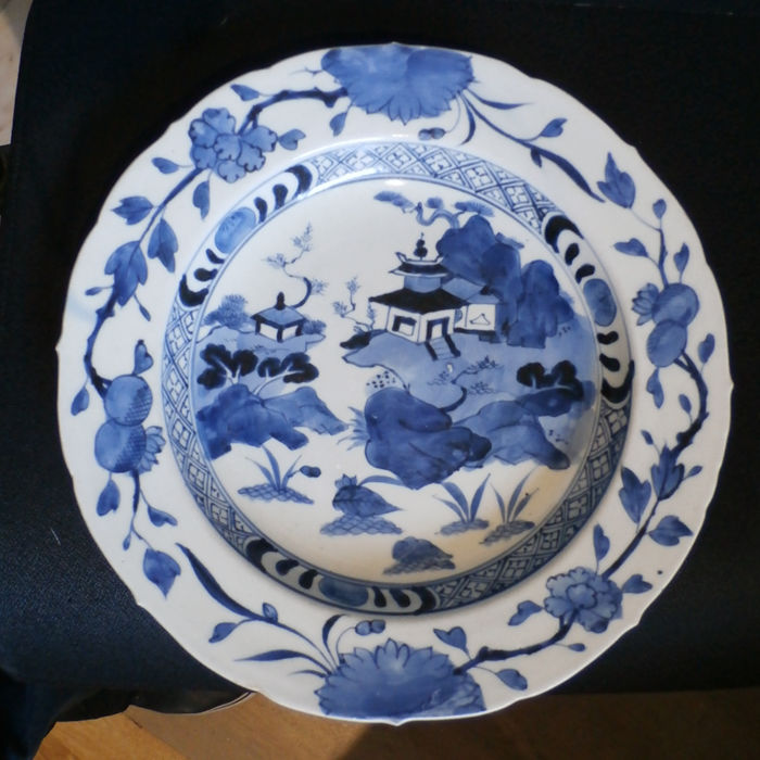A good large blue and white Arita charger - Japan Edo period - second half of the 17th century