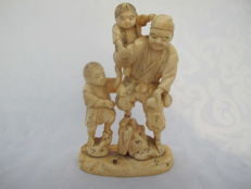 Signed ivory okimono of father with two children - Japan - around 1900