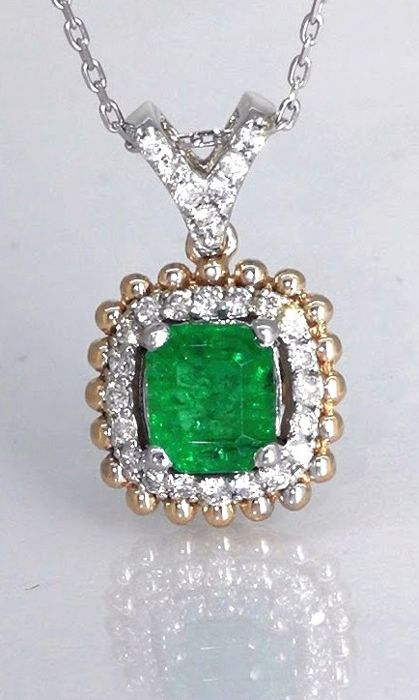 Diamond pendant with a green emerald 0.85 ct and 27 diamonds total 0.25 ct - *** No reserveprijs ***