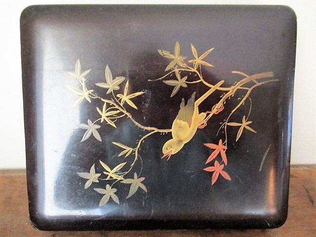 An antique lacquered wood box, decorated with a bird on a maple branch - Japan - Early 20th century