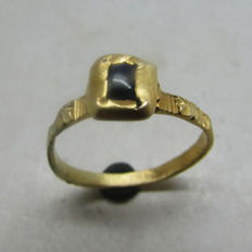 Early Medieval British gold crusaders ring with sapphire inset - internal diameter 2.03cm