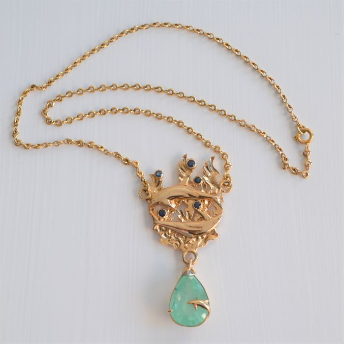 Three dolphin necklace in 14 kt yellow gold; 24.48 g with 12 ct emerald; circumference 47 cm; pattern measurements 60 x 34 mm