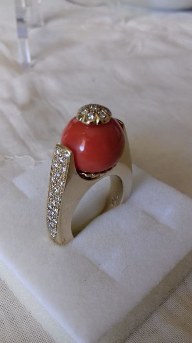 Women's ring in 750/1000 yellow gold, with 49 river diamonds totalling 1.6 ct and red Sardinian coral measuring 14.3 mm in diameter