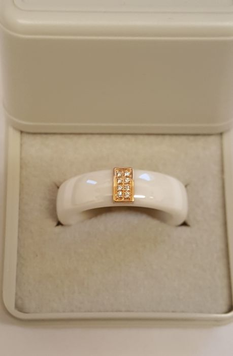 Keramiek ring, met briljant geslepen diamant, gevat in rood goud, New Old Stock