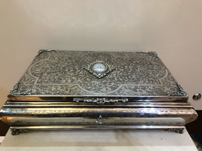 Box in silver 800 with cameo Florence (Italy), early 20th century