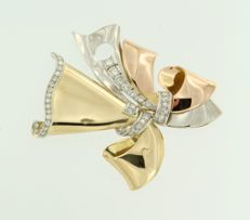 18 kt and Pt three colour brooch, set with 40 single cut and Bolshevik cut diamonds, approx. 0.75 ct in total