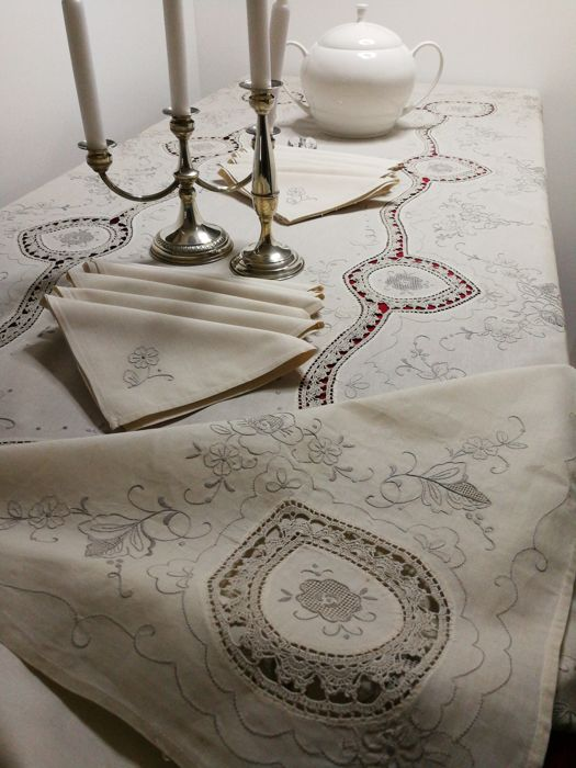 Pure linen gorgeous tablecloth with 12 hand-embroidered napkins - 250 x 175 cm