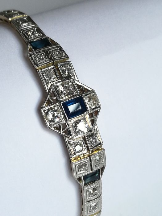 Art Deco bracelet from the 1920s, in 18 kt white and rose gold, with colour: G–H, clarity: SI1–VS diamonds weighing 2.43 ct and sapphires weighing 0.55 ct.