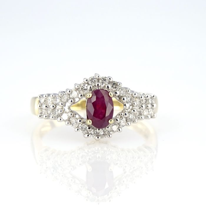 14 kt yellow gold ring with a deep red ruby and 28 diamonds | no reserve price