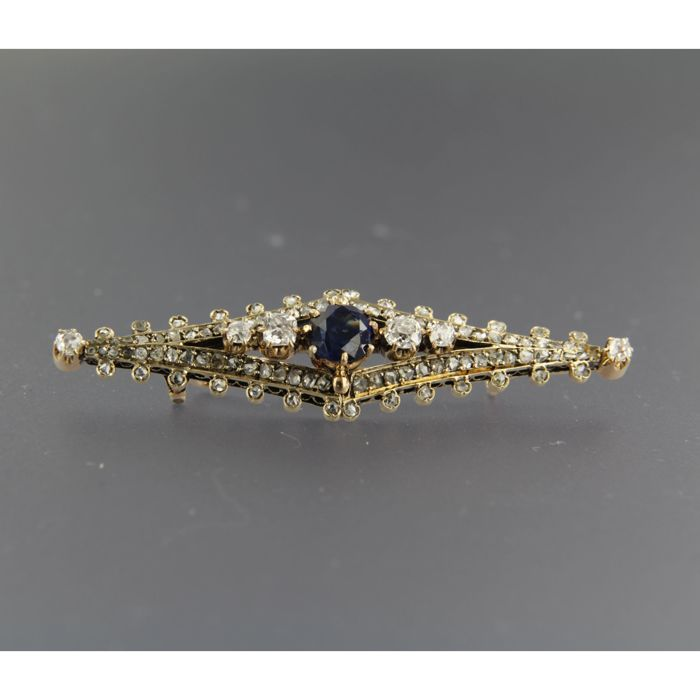 Yellow gold brooch with natural sapphire and old cut diamond