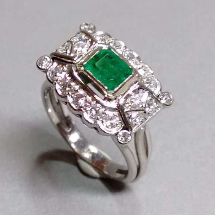 Cocktail ring in 14 kt gold with emerald and diamonds