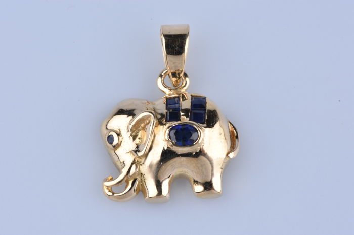 Elephant-shaped pendant in 14 kt (585/1000) Yellow Gold, with 1 Sapphire of 0.1 ct , 4 Sapphires of 0.12 ct, and 1 Sapphire of 0.01 ct