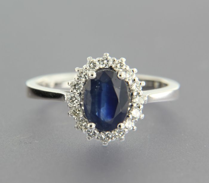 - no reserve price - 14 kt cluster ring set at the centre with an oval cut sapphire, 1.50 ct, and an entourage of 16 brilliant cut diamonds, approx. 0.28 ct in total