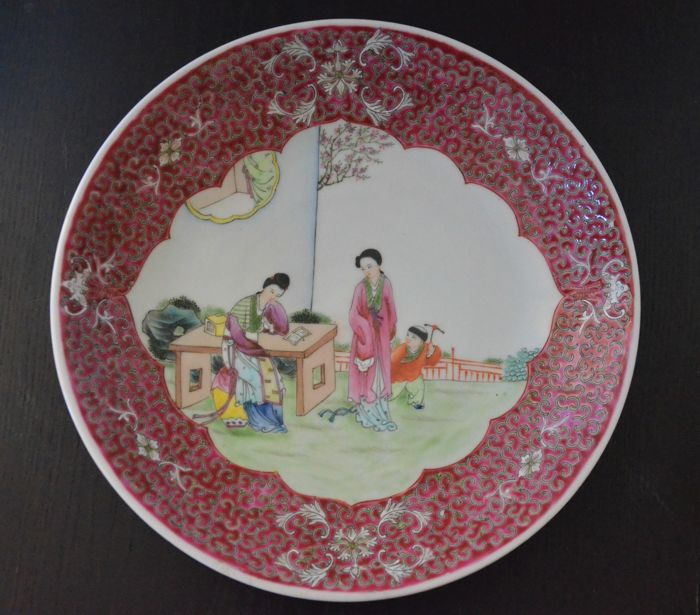 A large and beautifully decorated famille rose dish - China - around 1960