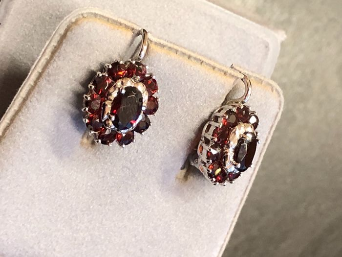 Earrings with 22 garnets, 3 ct in total. In 18 kt white gold. 'No reserve price'