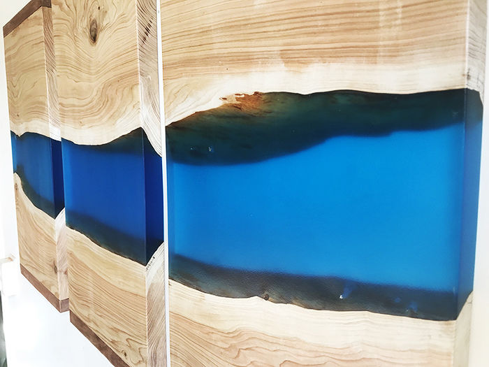 Red ceder triptych with a river of blue clear epoxy - Catawiki
